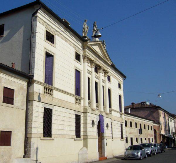 La facciata di Villa Fabris
