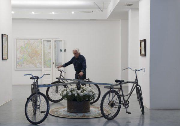 """Pasquale Ribuffo ritratto nell'ambito della mostra di George Gorsz e Luca Vitone, """"Berlin 192010"""", Galleria de' Foscherari, Bologna, 2016. Crediti fotografici: F. Ribuffo."""