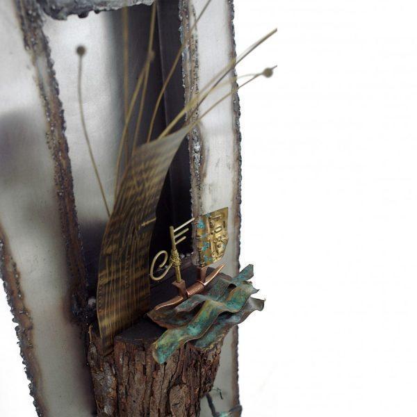 Emanuela Bergonzoni , Rotta verso Nord, 2017, assemblaggio ferro e altro materiale , ottone , ossidazioni, 1 metro x50